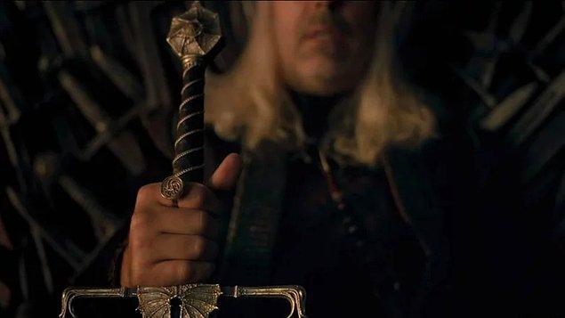 Sonunda Demir Taht'ta oturan Kral Viserys elinde asasıyla karşımıza çıkıyor.