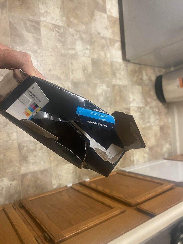 12. Bıçak veya makasa gerek duymadan parçalayarak açılan bu güzelim kutu şiddetin mağduru olmuş.