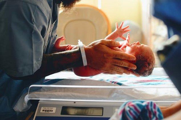"""23. """"Yeni doğan bebekler medyada bize gösterilenden çok daha farklı aslında. Hiçbir yeni doğmuş bebek o kadar temiz, tombul ve güler yüzlü değil."""""""