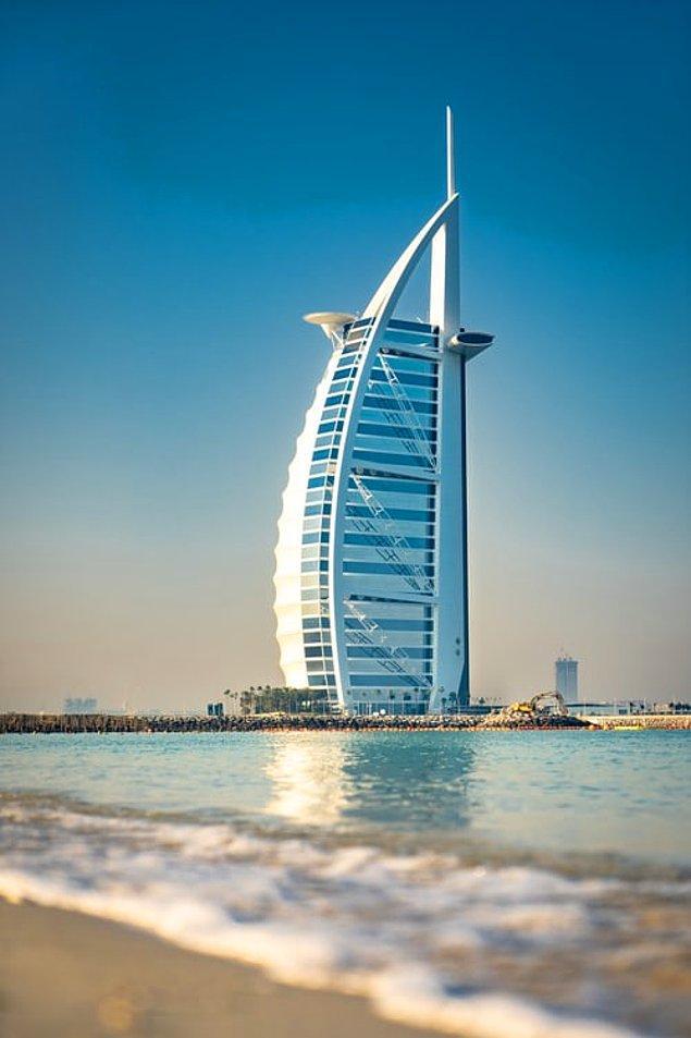 Şatafatlı lüks yaşam stili denilince akla gelen ilk şehir Dubai oluyor. Etrafındaki çölün ortasında gözleri kamaştıran bu şehir, dünyanın en büyük akvaryumunu, en uzun gökdelenini ve en büyük kayak merkezini içinde barındırarak sizlere eşi benzeri olmayan bir deneyim sunuyor.