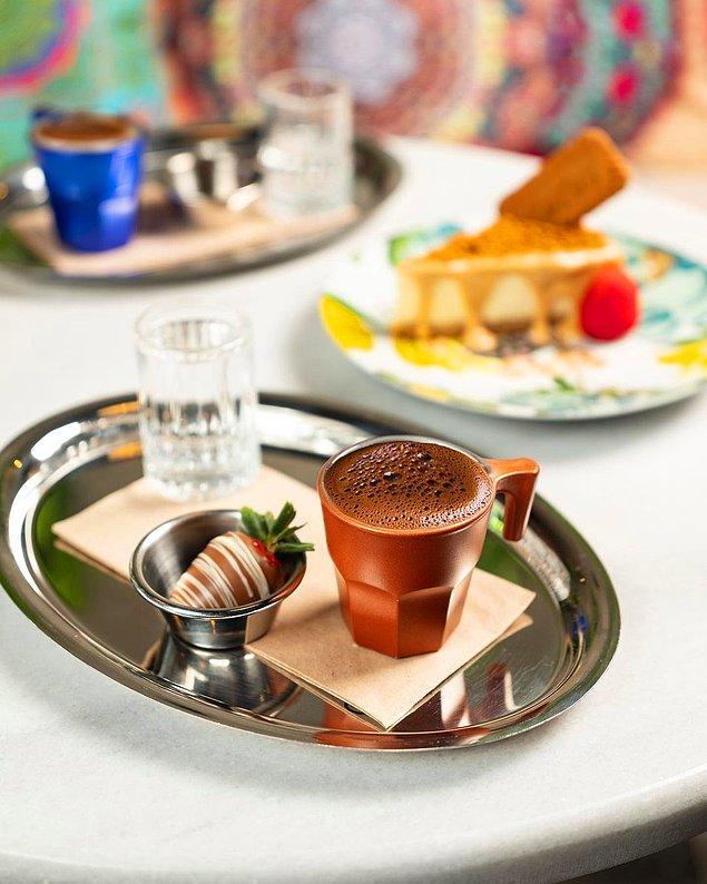 Ne duruyorsunuz? Asın bayrakları... 🇹🇷 Türk kahvesi olmadan içeriği bitireceğimizi düşünmediniz herhalde!