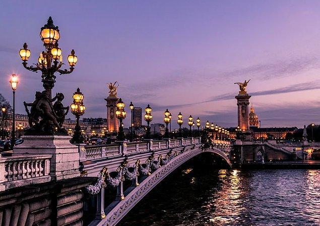 Eyfel Kulesi, Disneyland, Louvre Müzesi gibi ünlü turist noktasına sahip olan Paris, sadece birbirinden güzel sokakları ve muhteşem manzaralarıyla sizlere unutulmayacak bir deneyim sunuyor.