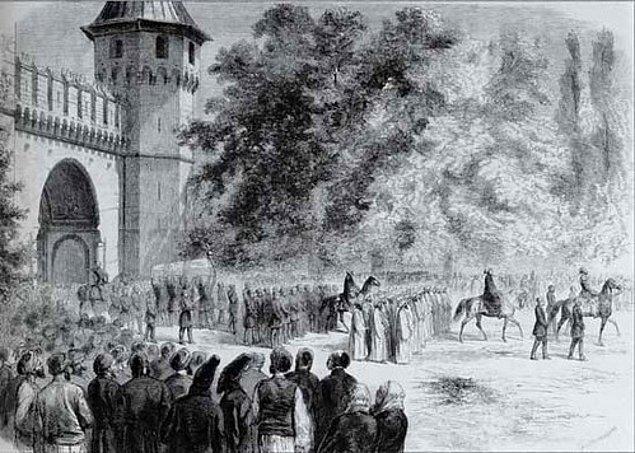 Babasının Patrona Halil İsyanıyla birlikte tahttan indirilişine kadar refah seviyesi yüksek bir hayat süren Sultan, amcalarının tahta geçmesiyle birlikte Topkapı Sarayı'na hapse atıldı ve bu süreç 27 yıl sürdü.
