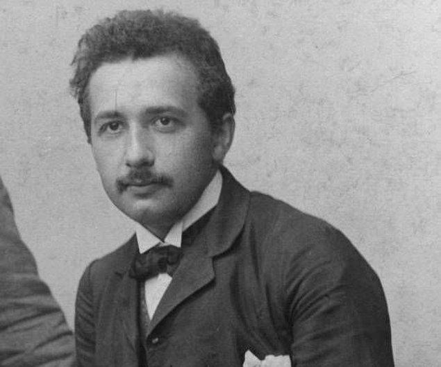 """İlanda kısaca """"Öğretmen diplomalı fizikçiden matematik ve fizik dersi verilir."""" yazar Einstein, hatta ilk dersi de deneme olarak sayar yani ücretsizdir. Ve ilk başvuru gelir..."""