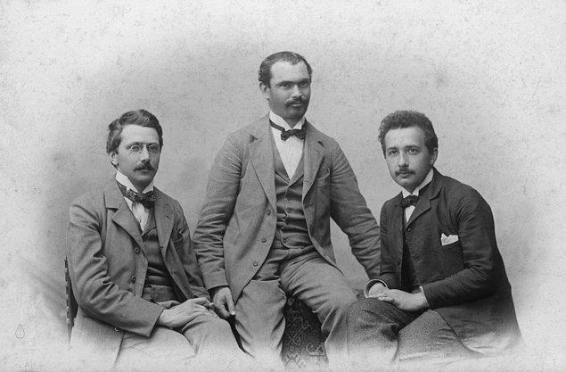 İkilinin görüşmeleri sürerken bir gün Solovine, büyük yazarların eserlerini okuyup tartışmayı önerir ve Einstein hevesle kabul eder. Birkaç hafta sonra da Einstein'ın matematikçi arkadaşı...