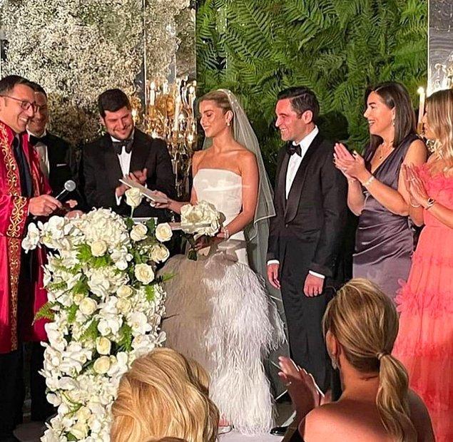 Çiftin yalnızca yakın çevresinin katıldığı düğün, Arzu-Ömer Sabancı'nın yalısında gerçekleştirildi.
