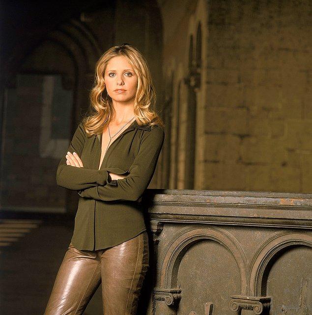 """7. 90'lardaki renkli, uzun deri ceket modası da aslında """"Buffy the Vampire Slayer"""" dizisinin bir hediyesi."""