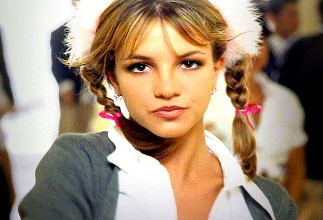 9. Britney Spears çıkış yaptığında hem klibi olay olmuş, hem de kullandığı tüylü tokalar büyük bir trende dönüşmüştü.