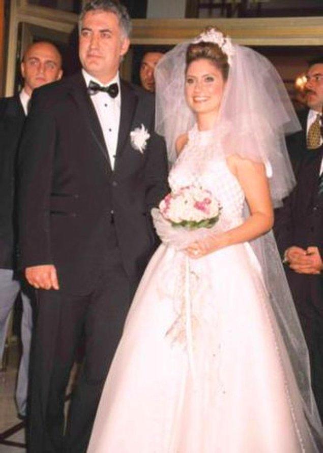 2002 yılında 10 yıllık birliktelik artık resmiyete dönüştü ve çiftimiz evlendiler. Açıkçası kirli magazin basınının temiz kalmış detayları olarak görüyordu halk onları.