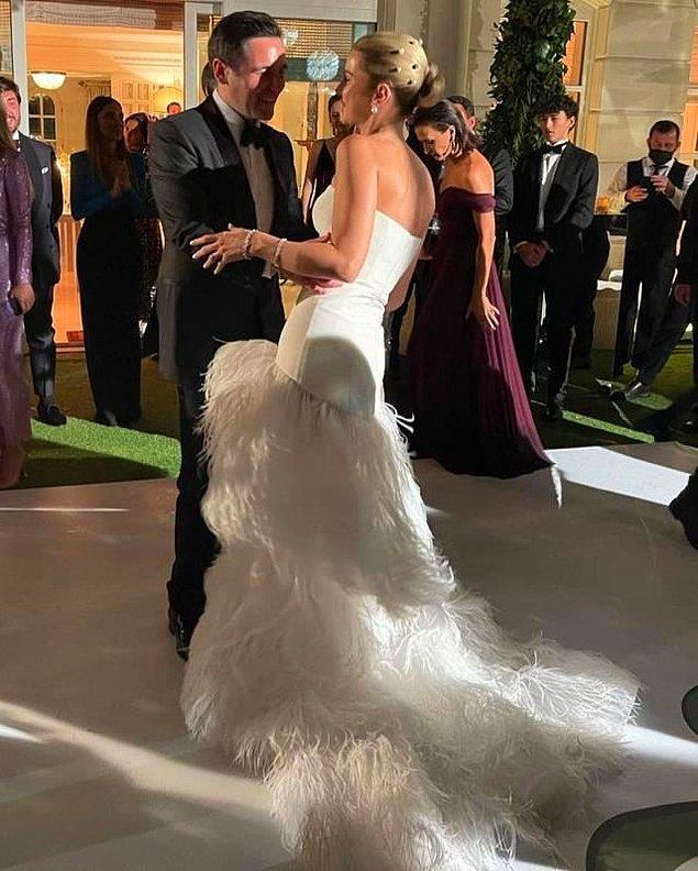 Nazlı Kayı'nın nikah töreni için tercih ettiği Oscar de la Renta imzalı straplez, tüy detaylı gelinliğin fiyatı da ayrı bir merak konusu oldu.