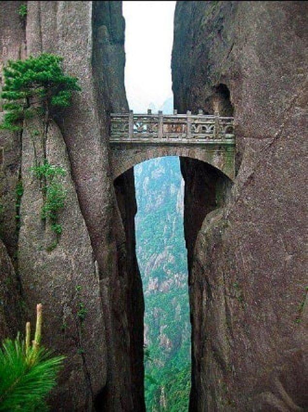 7. Deniz seviyesinden 1320 metre yüksekte iki kayayı birbirine bağlayan Fairy Walking Köprüsü, Huangshan, Çin: