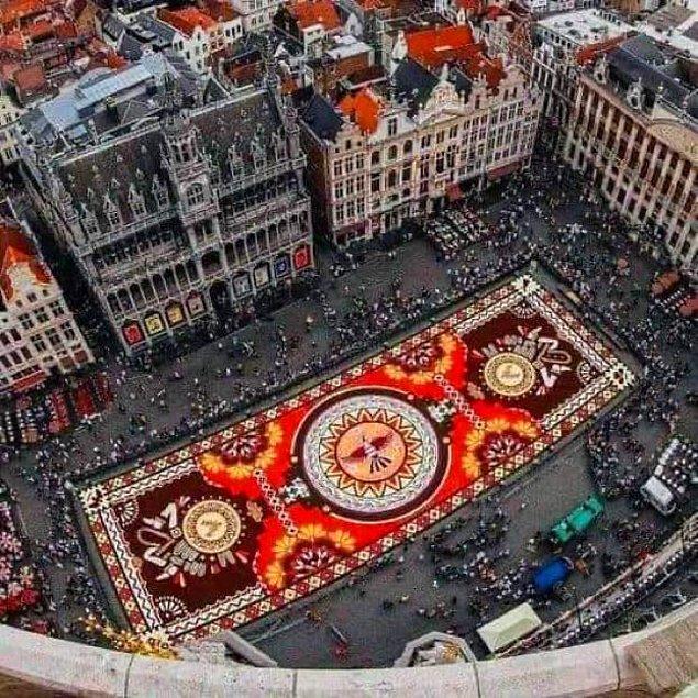 9. Belçika, Brüksel'deki Grand Place Meydanı'nda 500 bin yıldız çiçeği ve begonya ile 100 kişinin gönüllü olarak oluşturduğu 1.2 kilometrekare uzunluğundaki devasa halı tasarımı: