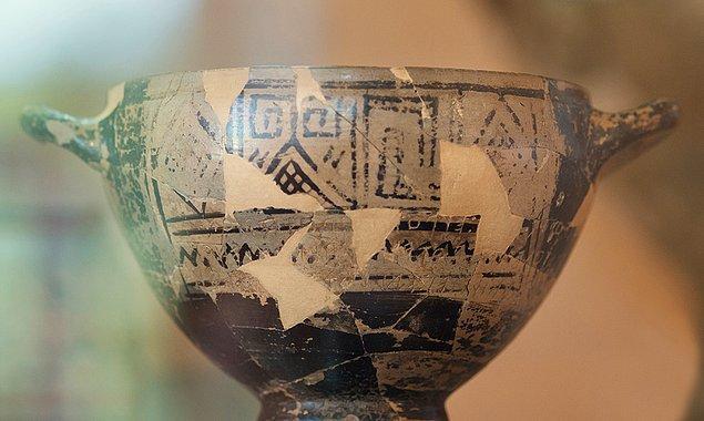 Kemasyon 168 ismi verilen bir mezarda bulunan kupa, dönemine göre müstehcen ifadeler içeriyordu.