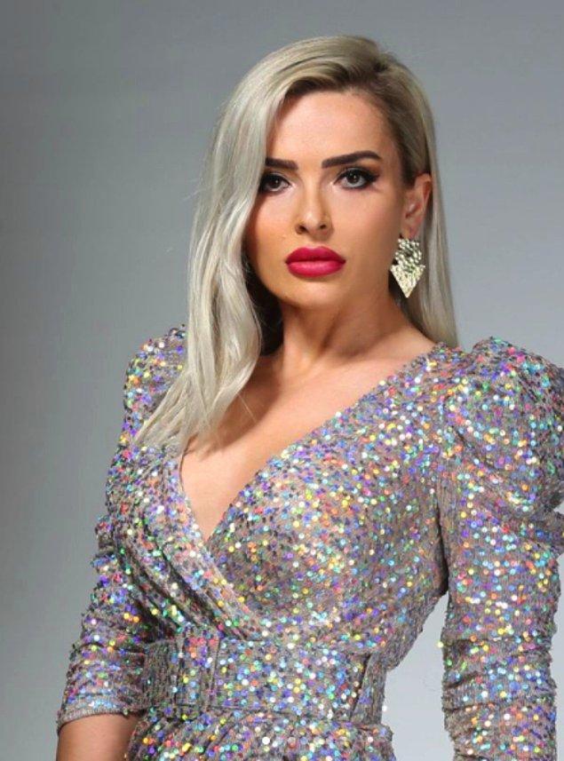 Fotoğrafta Uzm. Dr. Şükran Taştan Sakarya'nın pullu bir elbiseyle kliniğinde hizmete başladığı reklamı yer alıyor.