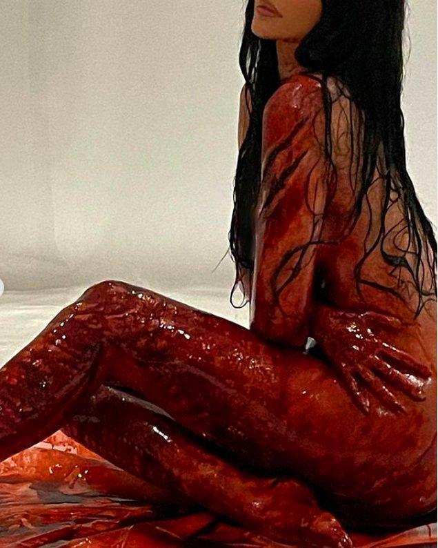 Ancak asıl tartışma yaratan bu haber değil, koleksiyon için çekilen tanıtım filmi. 24 yaşındaki Kylie Jenner, çıplak ve kan içerisindeki pozları ile şaşırttı!