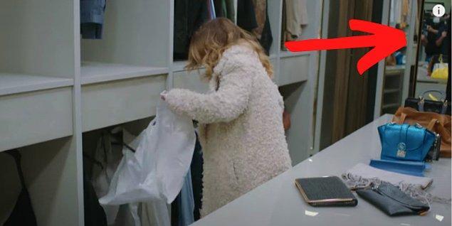 2. Derin odayı dağıtırken aynada kameramanlar beliriyor.