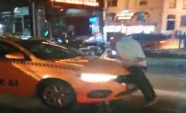 Taksiye Alınmayan Vatandaş Aracın Üstüne Çıktı