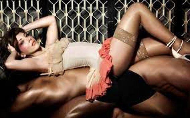 Hande Yener Sahne Kostümüyle Göz Kamaştırdı! Tanga Görünümlü Kemeri Dikkat Çekti...