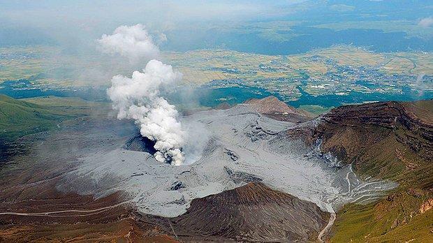 Japonya'nın En Büyük Yanardağı Aso Patladı: 3,5 Kilometre Yükseğe Sıçrayan Küller 1 Kilometreye Yayıldı