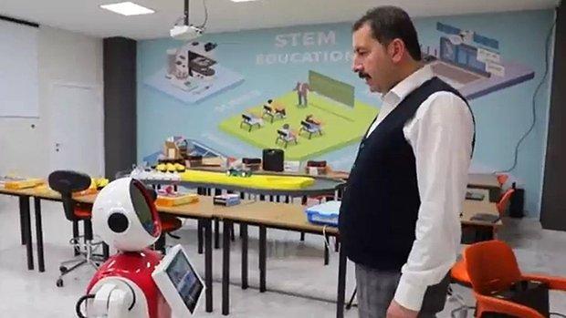AKP'li Başkan Robottan Dans Etmesini İstedi: En Çok Kimi Seviyorsun? Sorusuna 'Metin Baydilli Başkanımı' Dedi